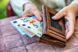 Rentnerin hält Geld